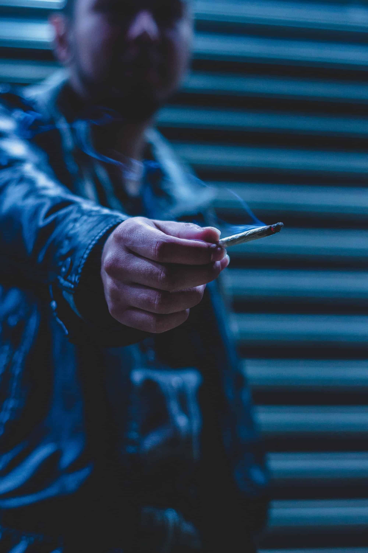 Bild Mann mit Zigarette in Hand