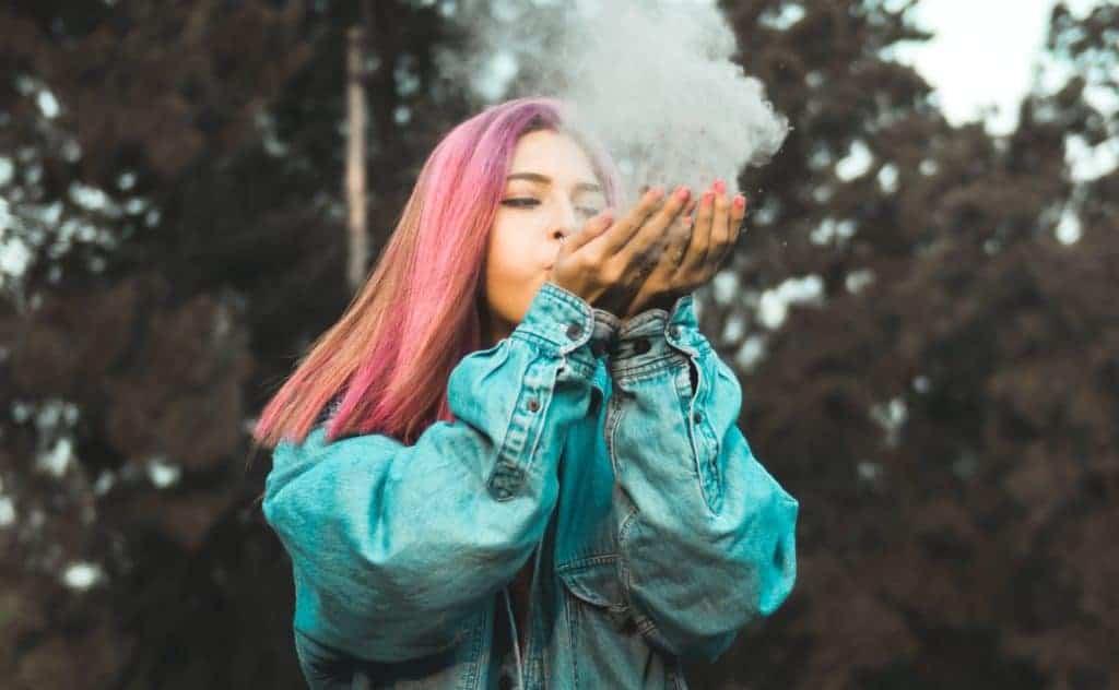 Mädchen bunte Haare raucht