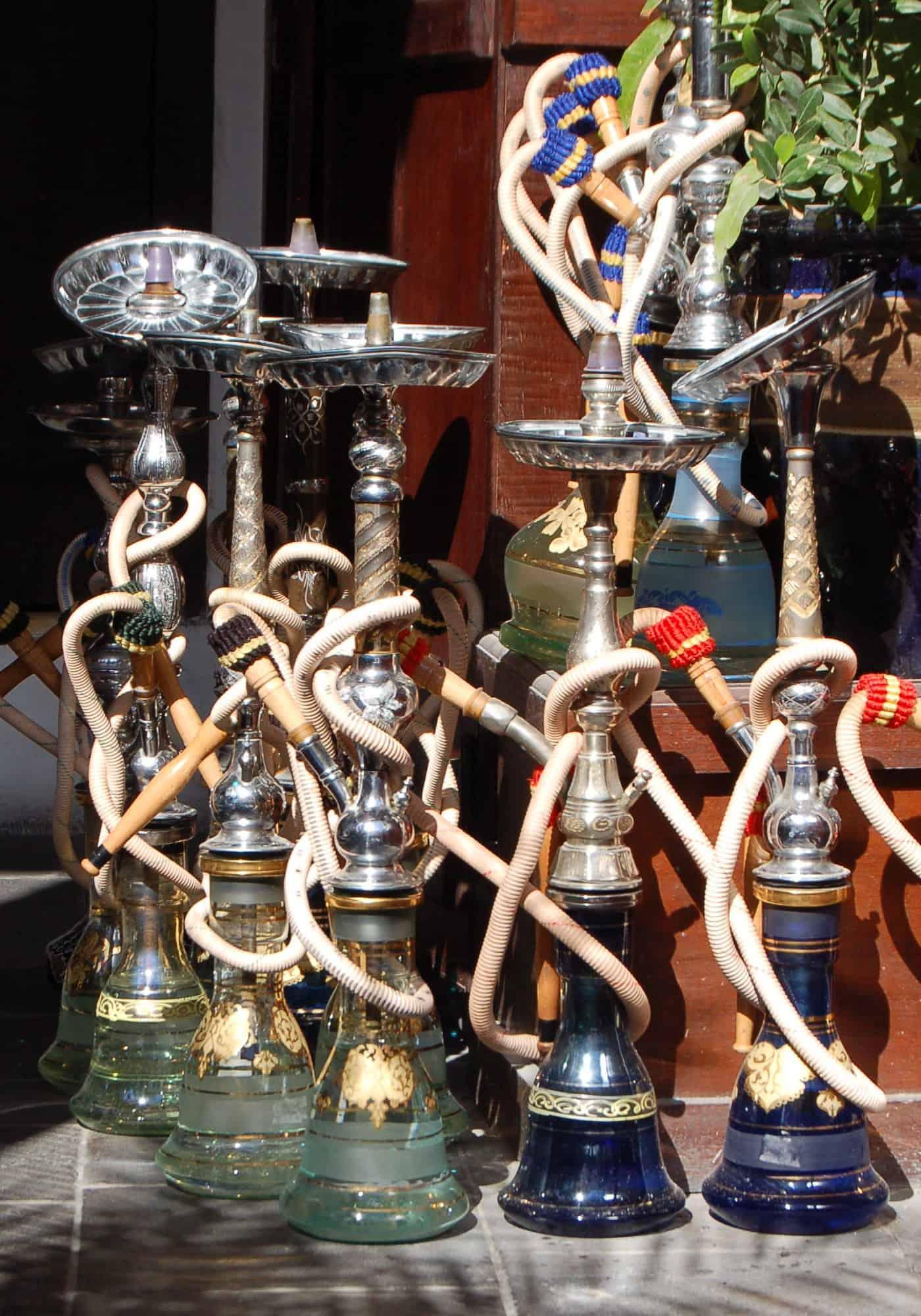 einige Shishas stehen nebeneinander auf einem Tisch