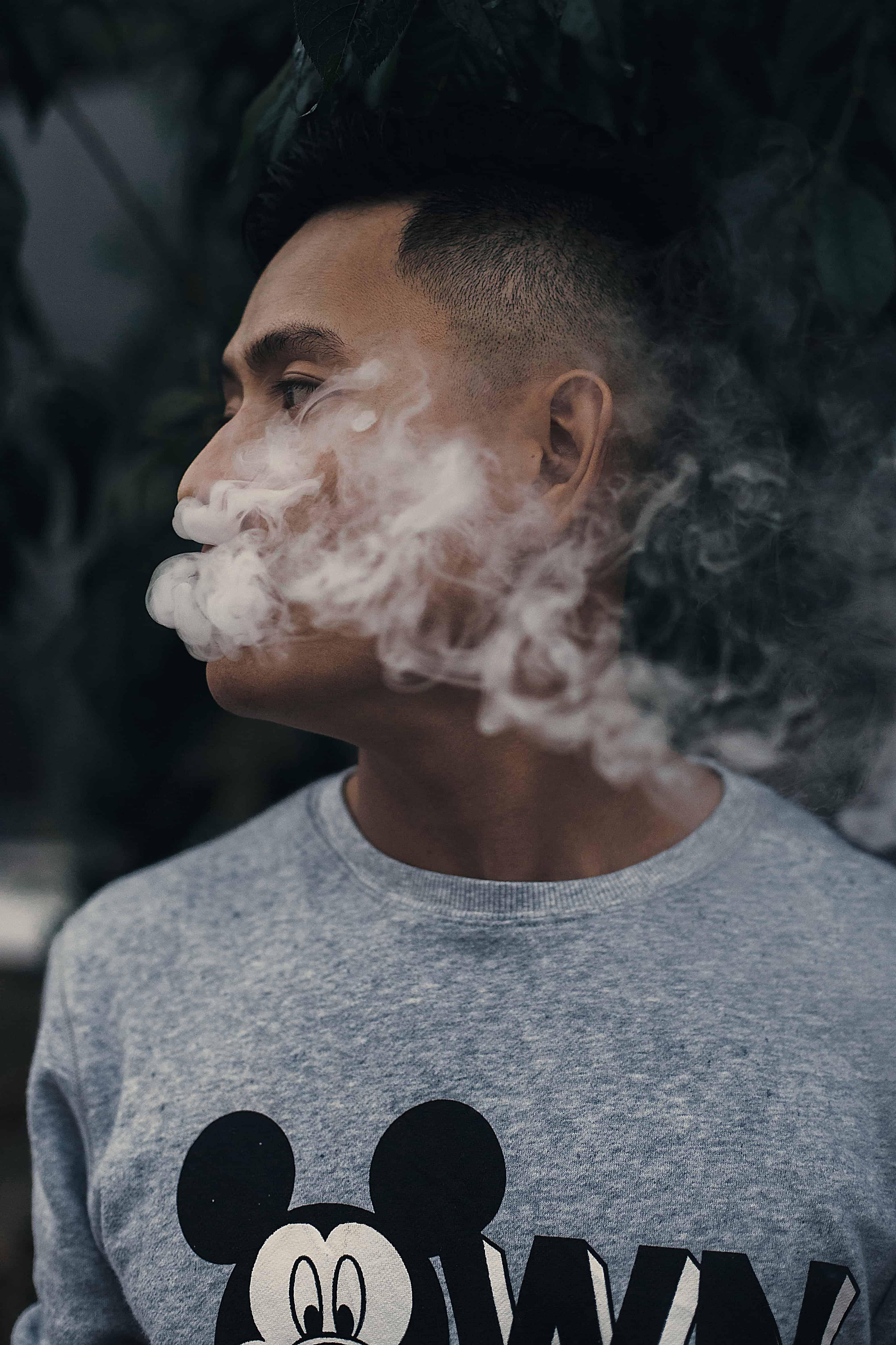 Junge raucht Verdampfer
