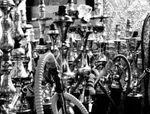 Verschiedene Shishas in schwarz weiß Bild