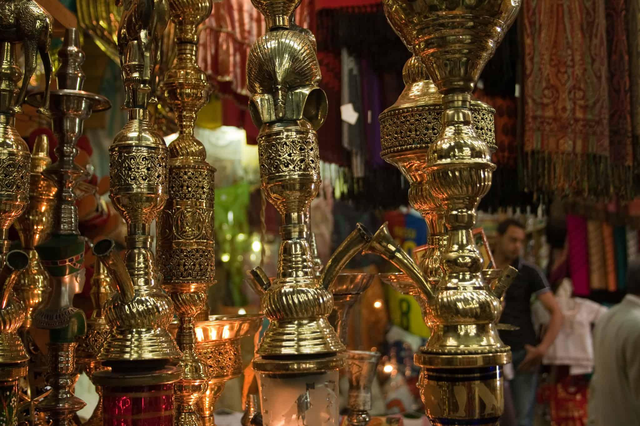 Verschiedene goldene Shishas in einem Laden