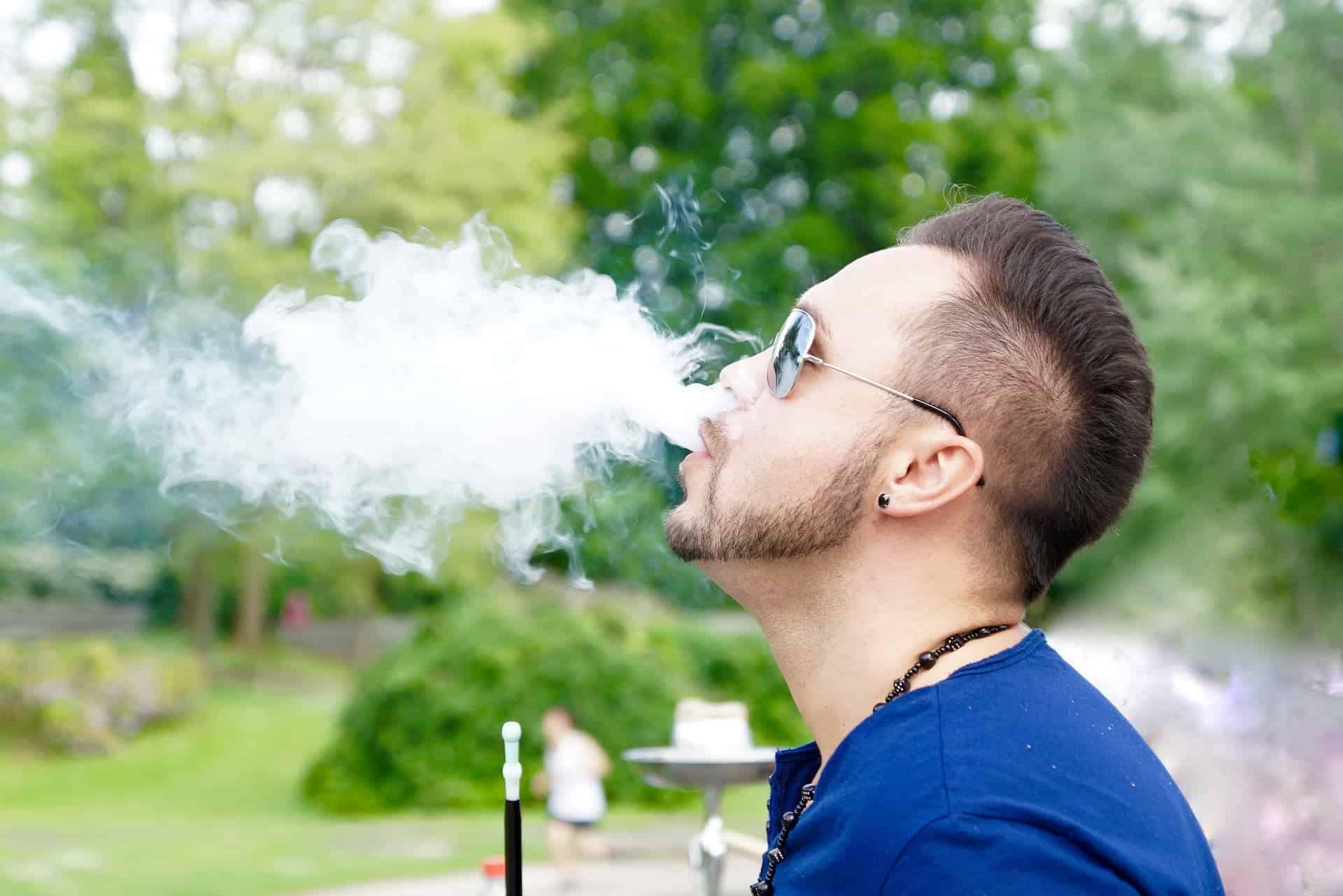 Mann raucht Shisha