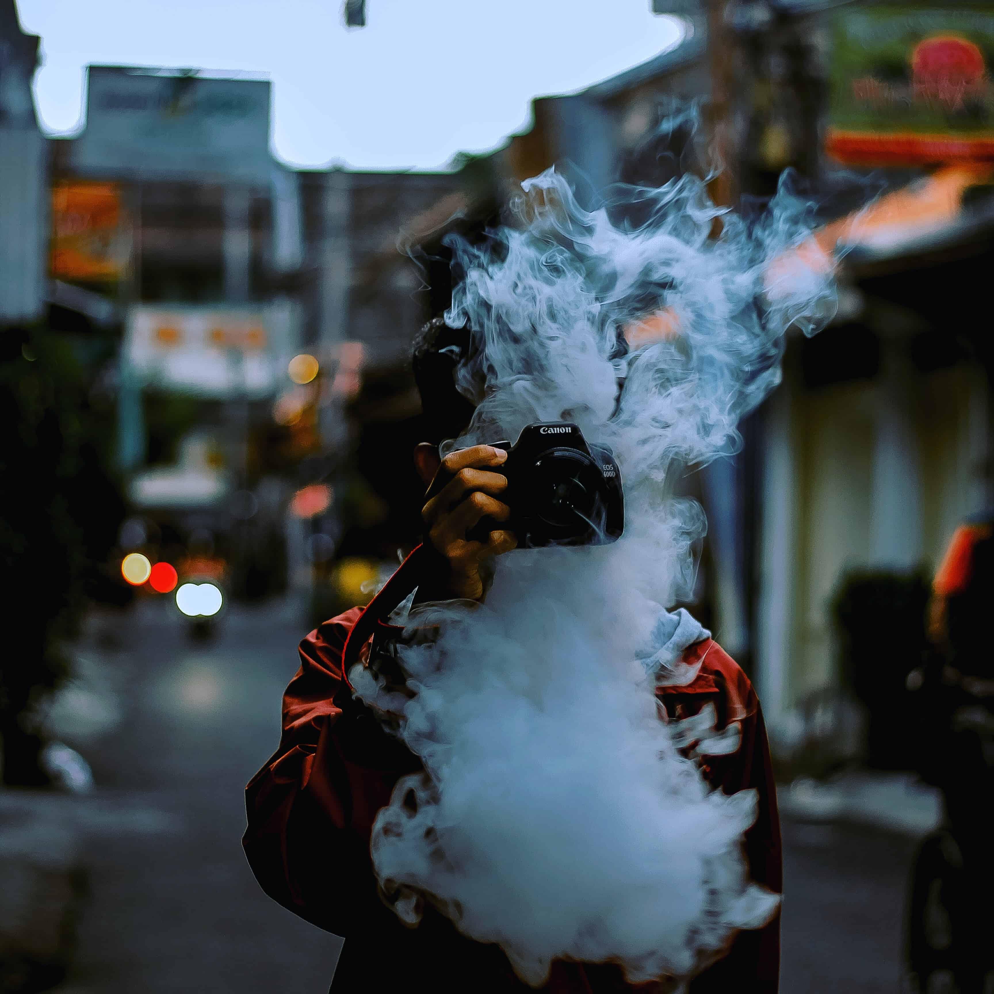 Junge mit Kamera und großer Rauchwolke