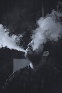 Mann mit zwei Rauchwolken