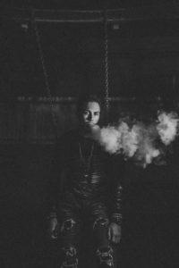 Mann raucht E-Zigarette in schwarz weißem Bild