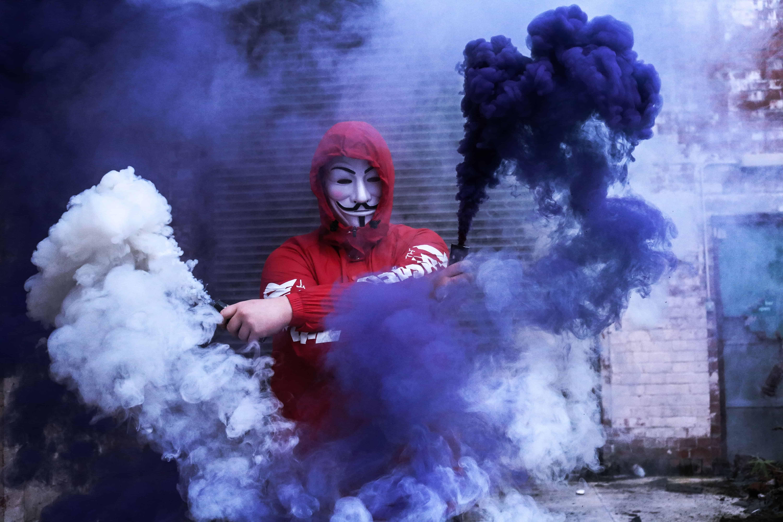 Maske und Rauch