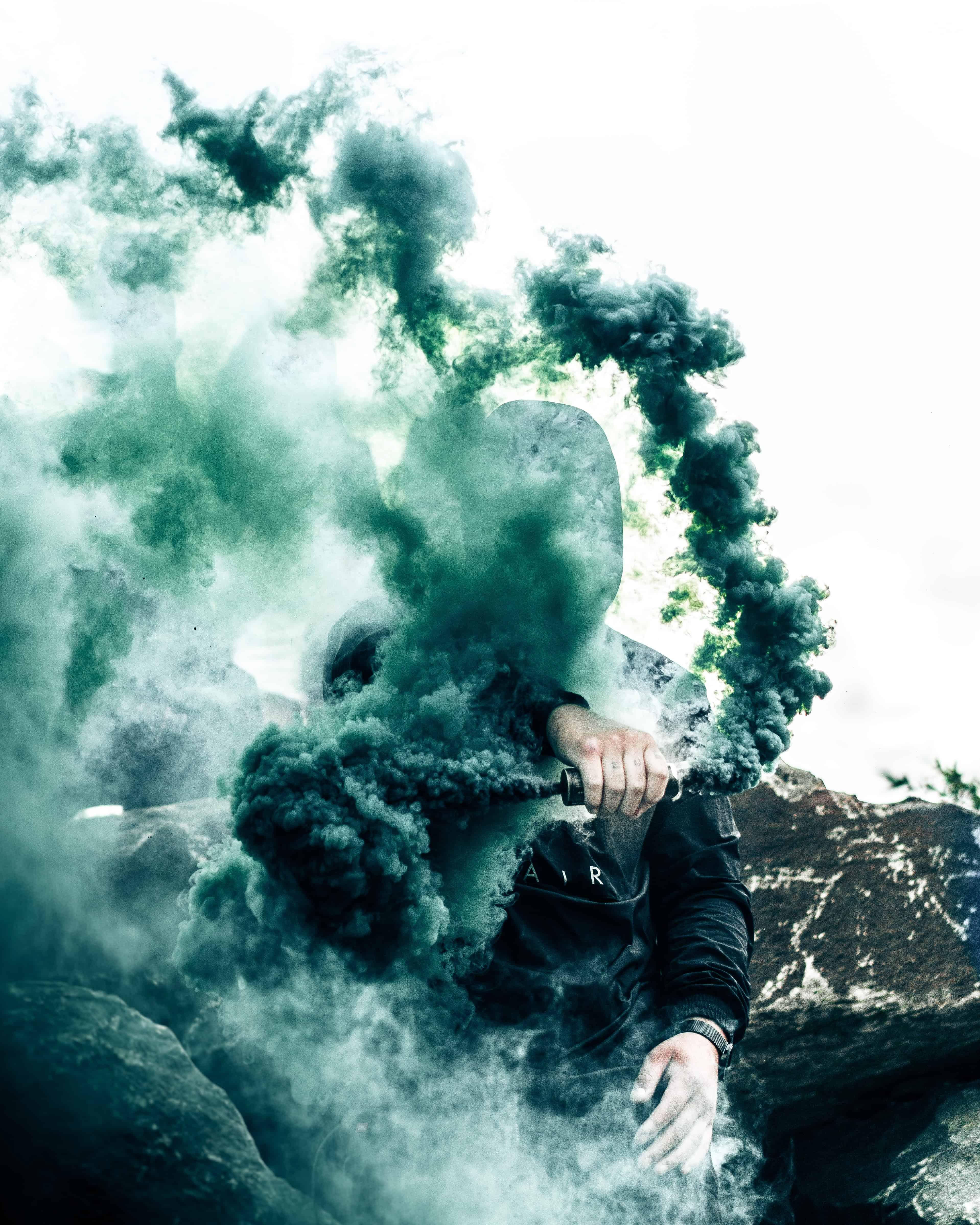 mann dunkelgruener rauch