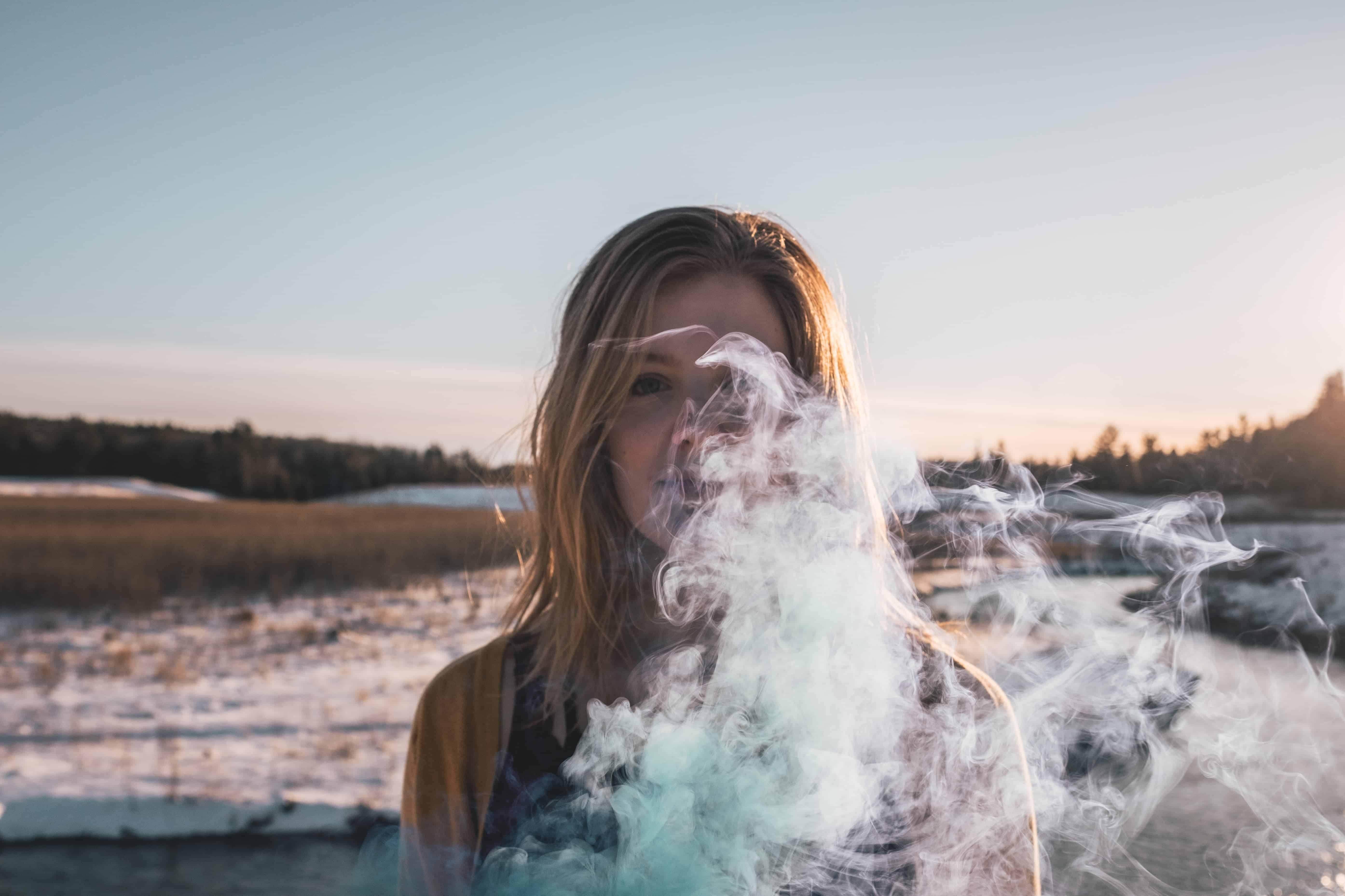 Frau mit Rauch draußen
