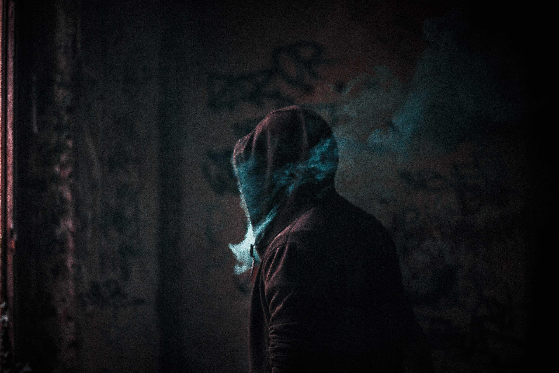 Dunkler Rauch mit Mann
