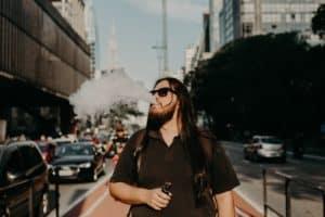 Mann raucht E Zigarette Vaporizer auf der Straße