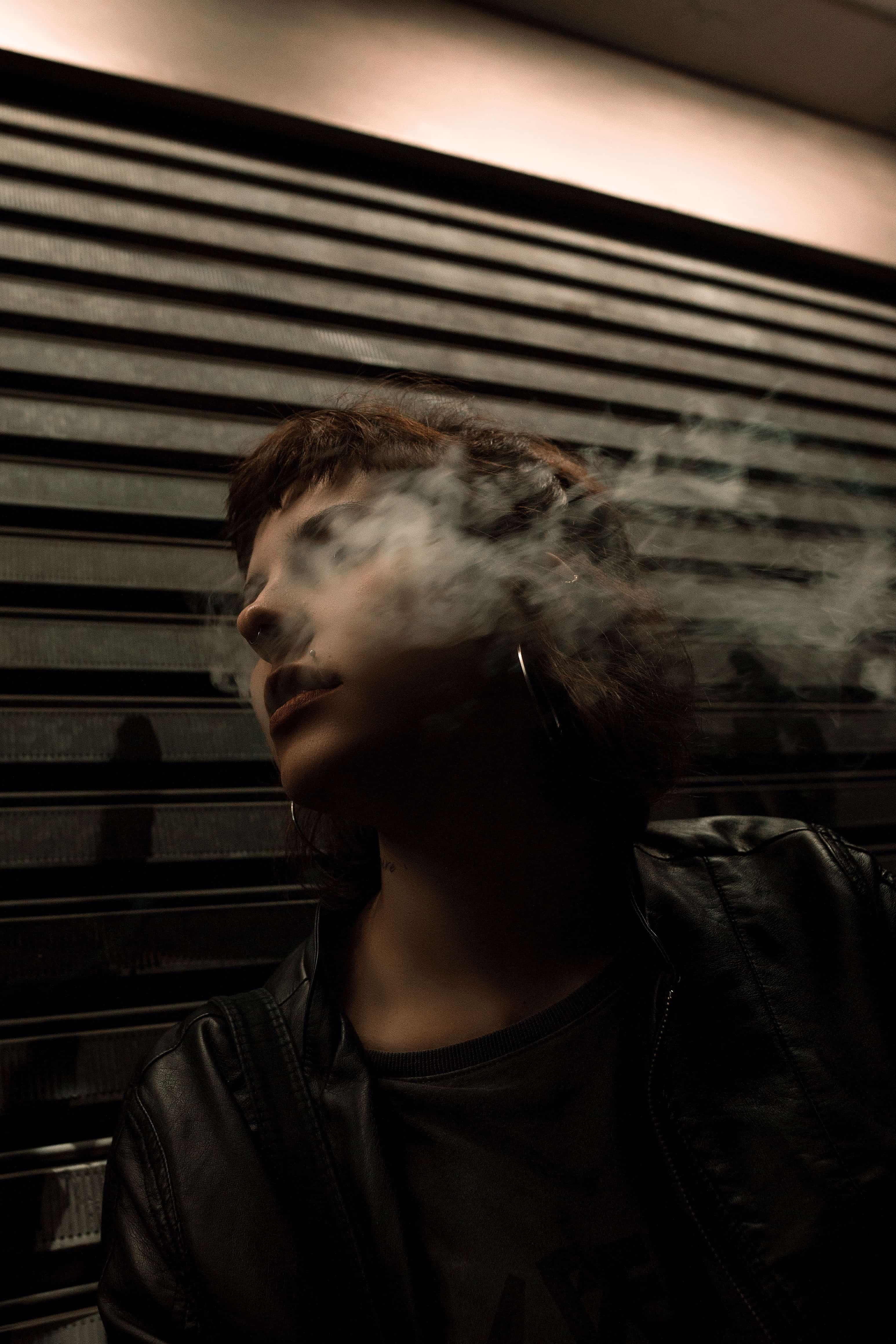 Frau Modelt mit Dampf