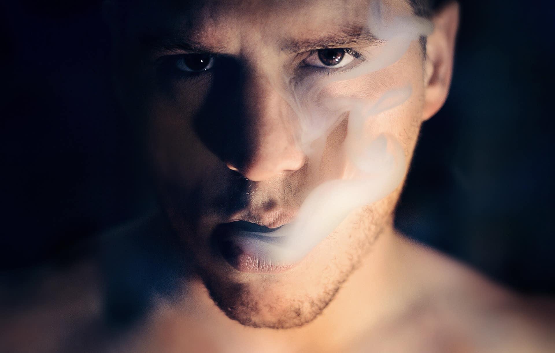 Mann am Rauchen Model