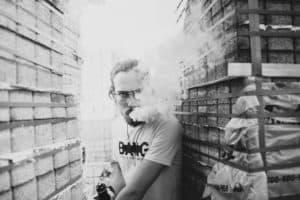 Kerl raucht E Zigarette Vaporizer