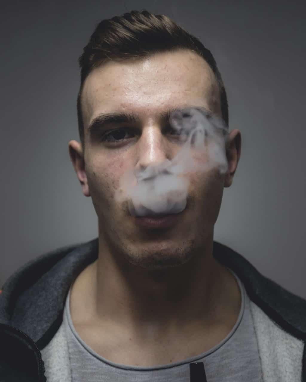 Junge raucht