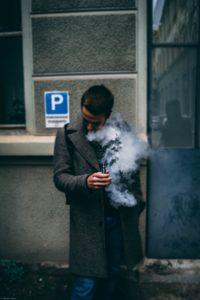 Mann raucht Vape