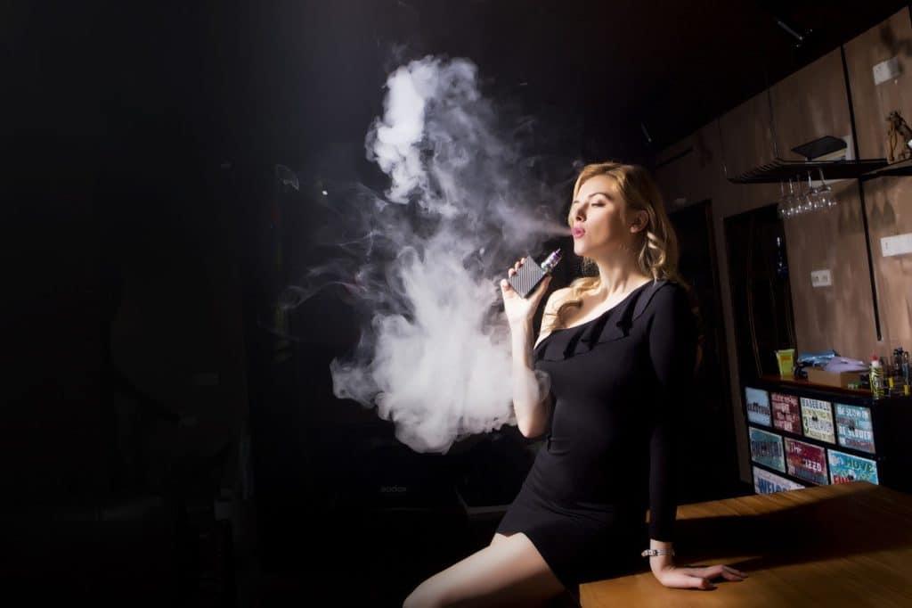 Frau am Dampfen