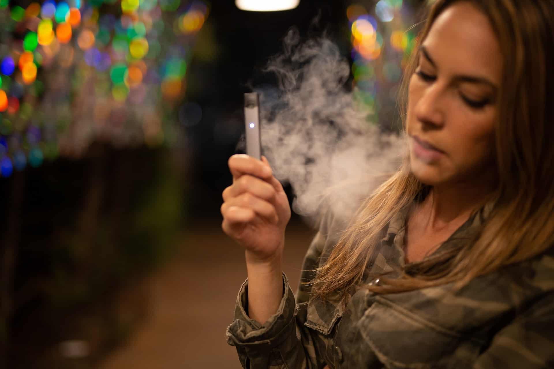 Mädchen mit E Zigarette
