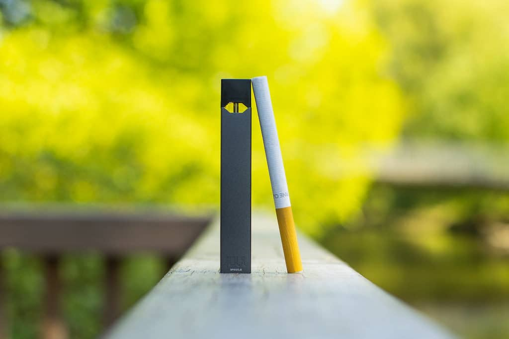 JUUL E Zigarette mit normaler Zigarette