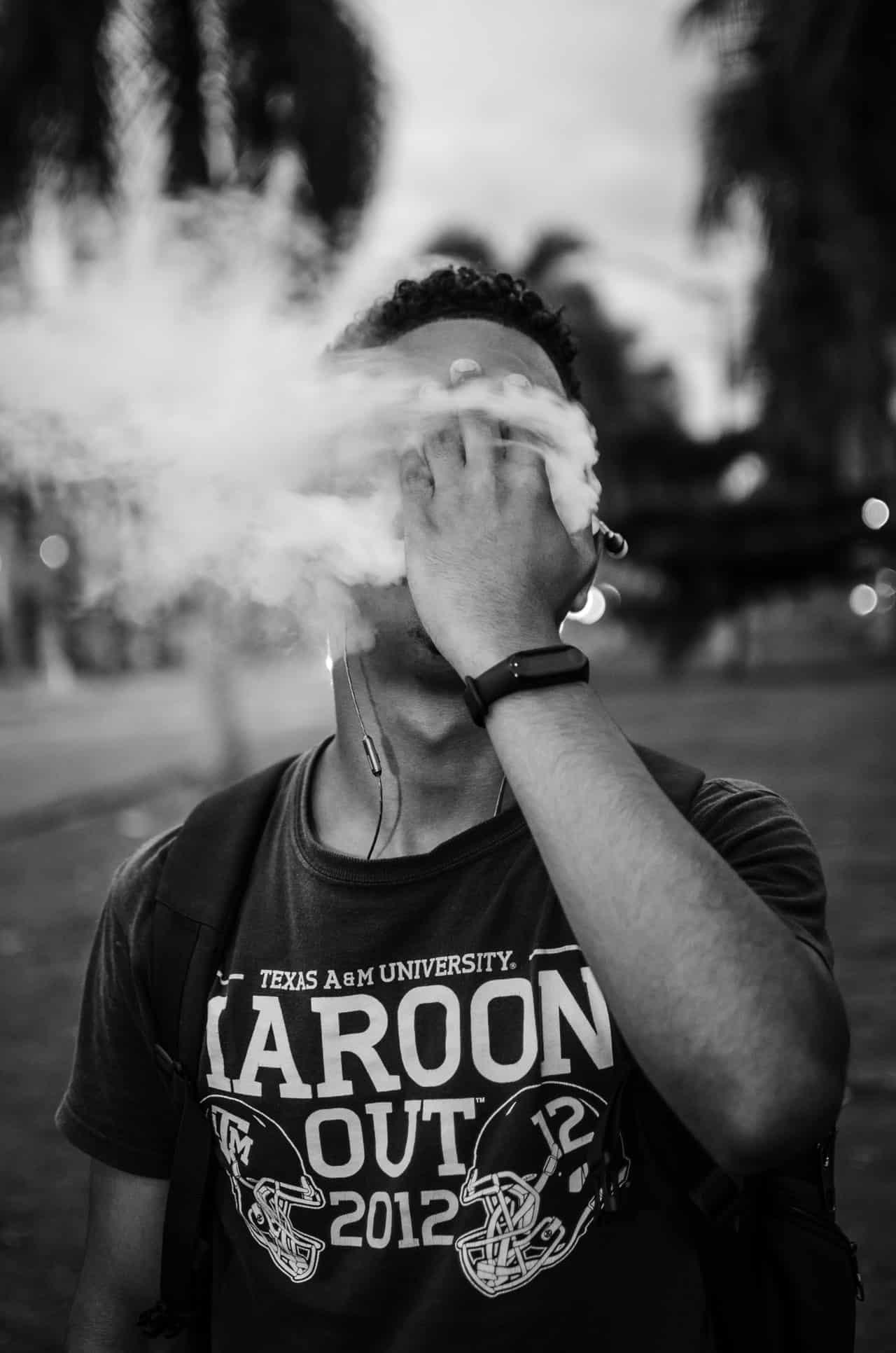Mann pustet Qualm aus nach Rauchen