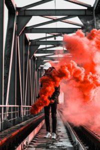 Roter Rauch, Mann auf Brücke raucht