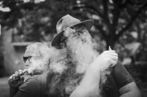 Zwei ältere Männer mit E-Zigaretten