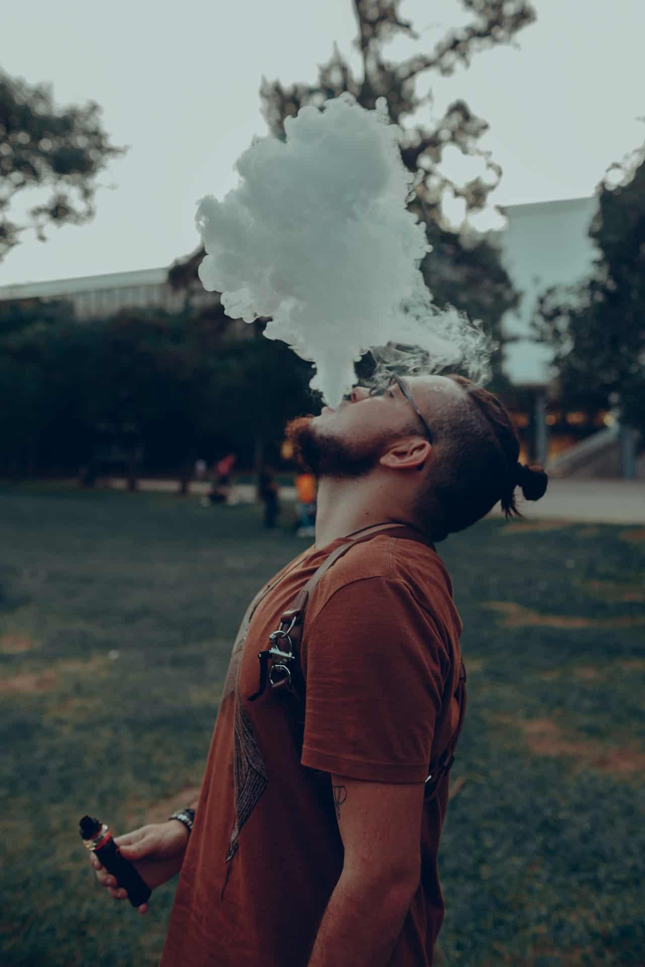 Mann raucht Vaporizer E-Zigarette