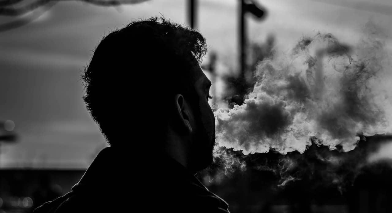 Mann raucht schwarz weiß Bild