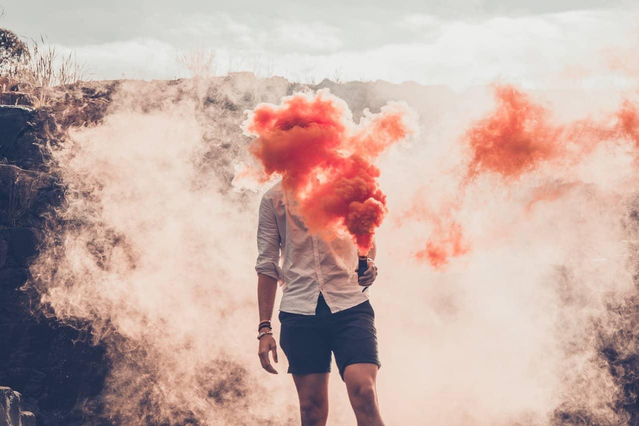 Mann in roter Rauchwolke