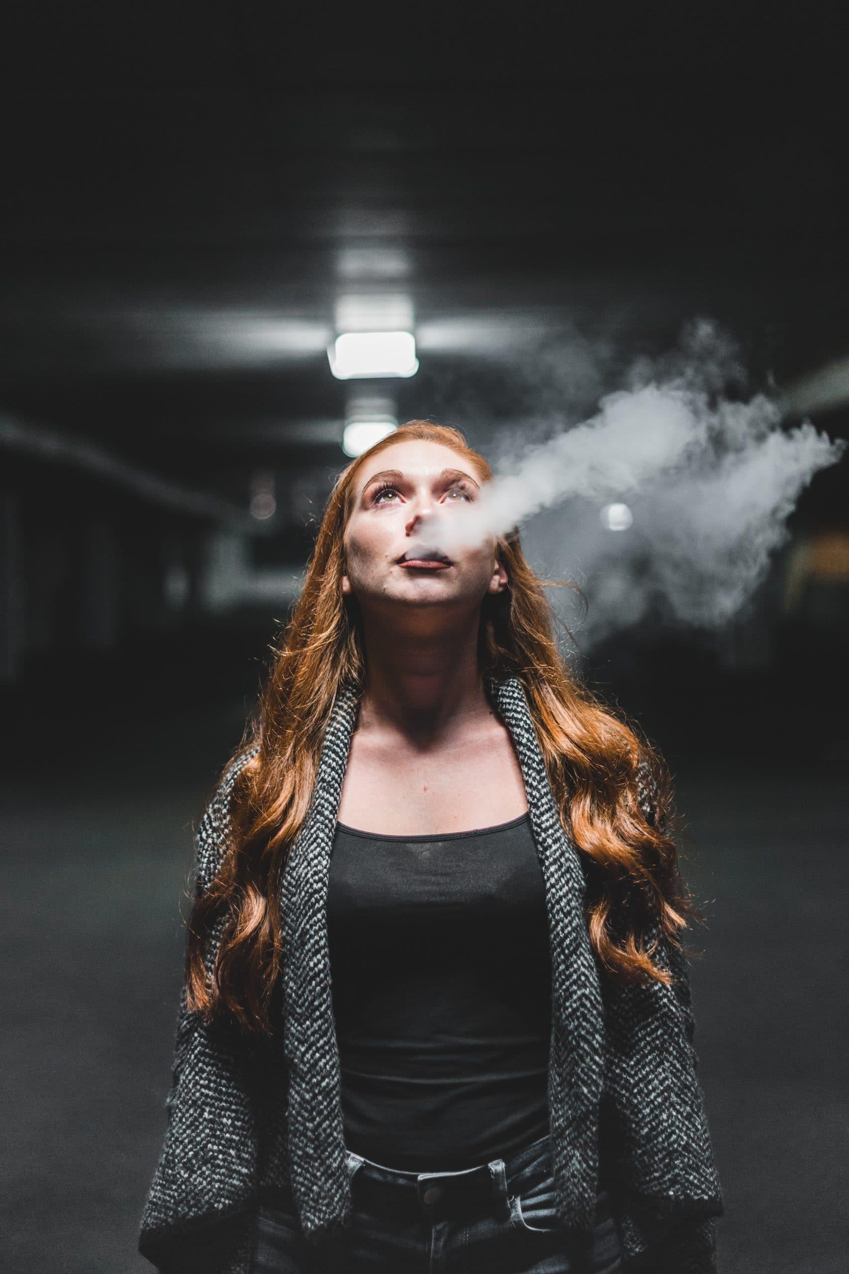 Mädchen mit Rauch guckt hoch