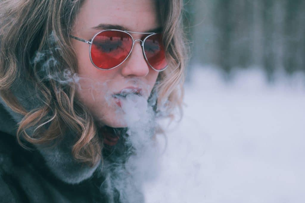 Mädchen mit Sonnenbrille am rauchen