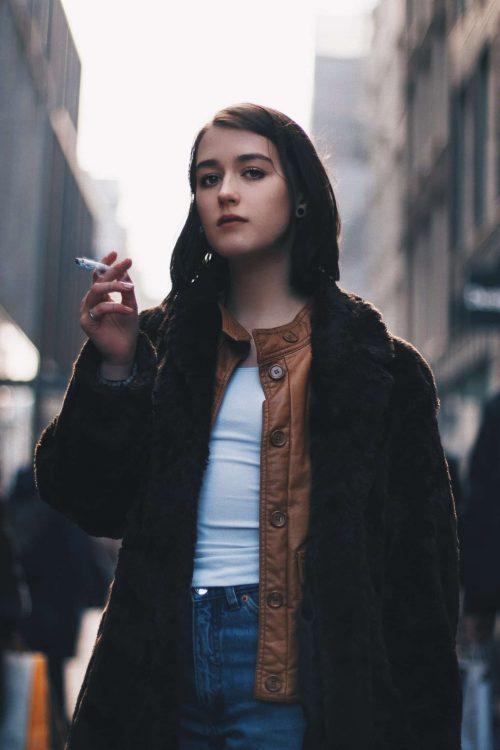 Mädchen raucht auf Straße